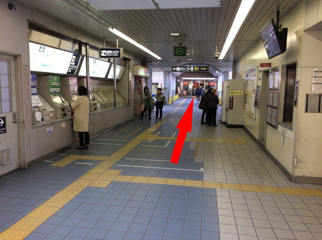 阪急蛍池駅から駅ビルのルシオーレまでの道
